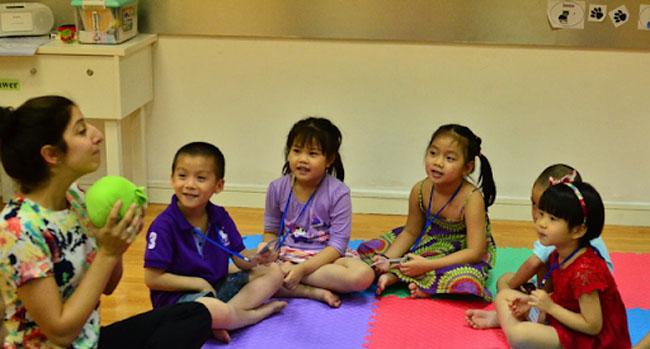 Cha mẹ thường ưu tiên chọn giáo viên bản xứ cho con theo học