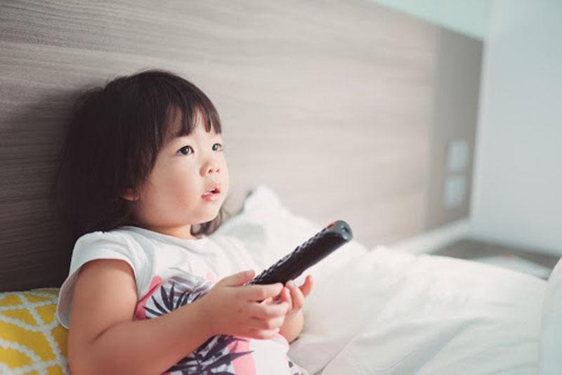 Dạy con 5 tuổi kỹ năng mở tivi an toàn khi ở nhà một mình