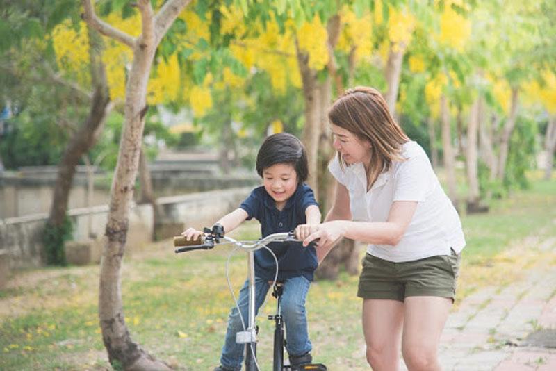 Kỹ năng đi xe đạp cần được dạy cho trẻ 5 tuổi từ sớm.