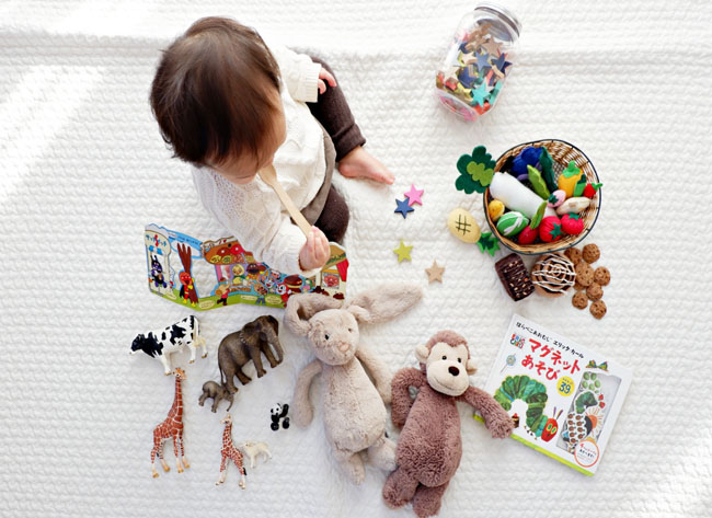 Hãy bắt đầu dạy con ngôn ngữ từ những món đồ chơi con yêu thích