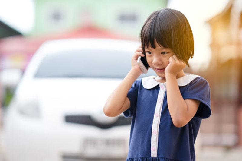 Dạy trẻ kỹ năng ghi nhớ số điện thoại người thân đề phòng khi trẻ đi lạc, bị người lạ đe dọa,...