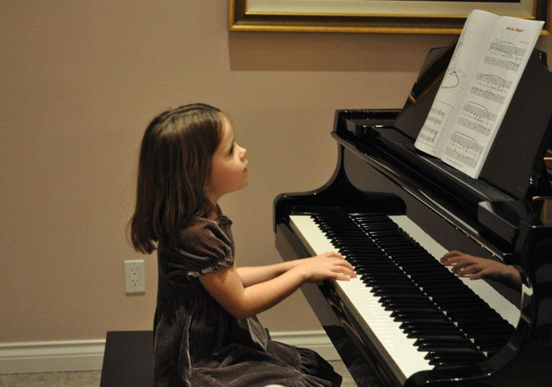 Cho con của bạn tiếp cận với âm nhạc từ sớm giúp dạy bé thông minh sớm