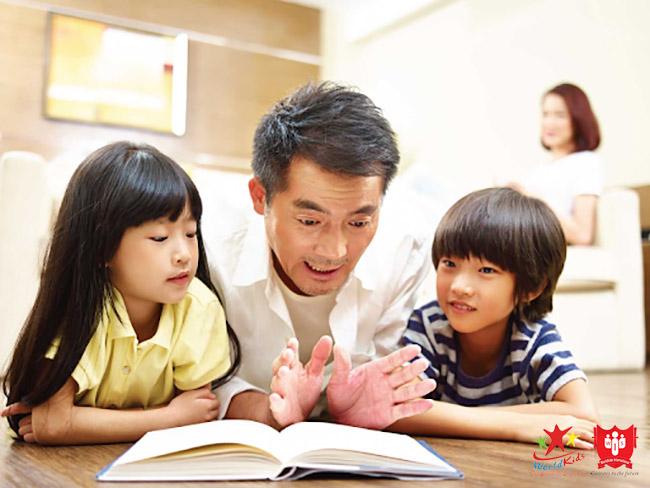 Dành thời gian đọc sách và trò chuyện cùng con giúp con thông minh sớm.