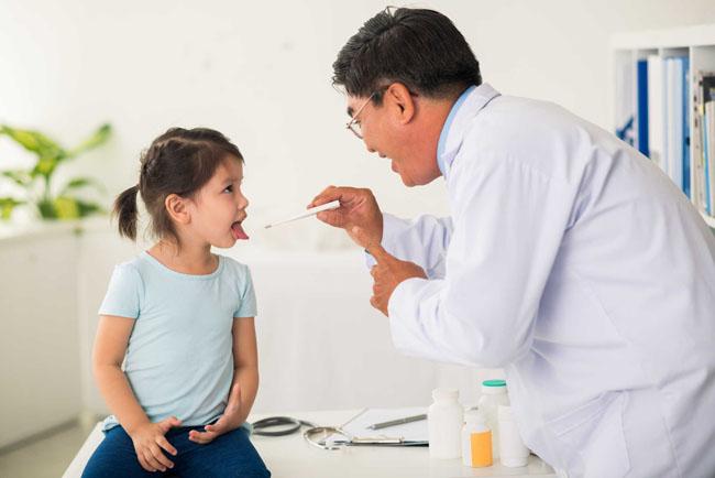 Đưa bé đến ngay bác sĩ để kiểm tra nếu có dấu hiệu bị chậm nói