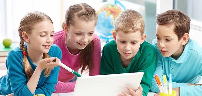 Hình thành kỹ năng giao tiếp giúp việc truyền tải thông tin của bé trở nên dễ dàng hơn.