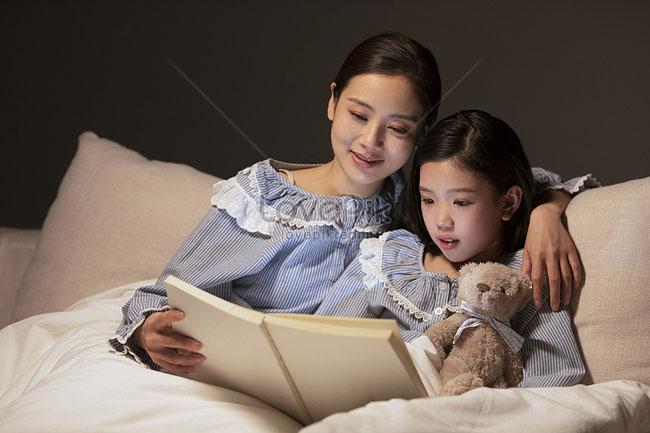 Hình thành thói quen nghe kể chuyện tiếng Anh trước khi ngủ cho bé.