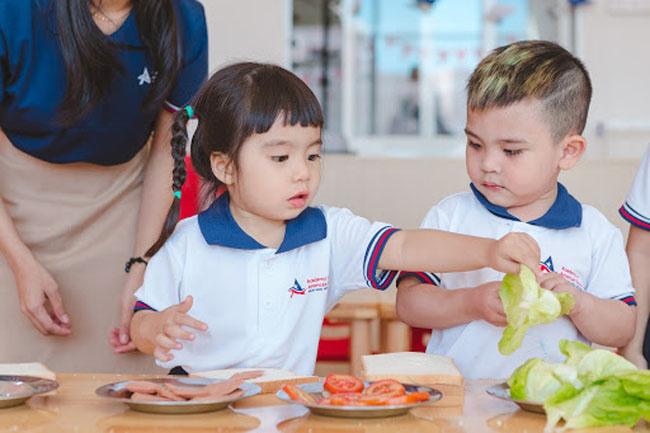 Hình thành cho bé sự chủ động trong phụ dọn cơm vào mỗi bữa ăn