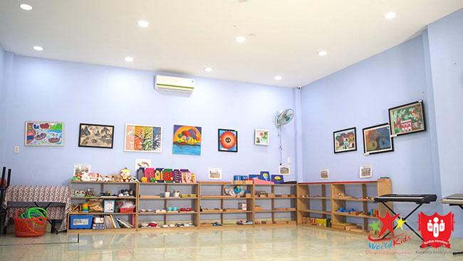 Phòng học mầm non cần sự sạch sẽ và sáng sủa, luôn đủ ánh sáng.