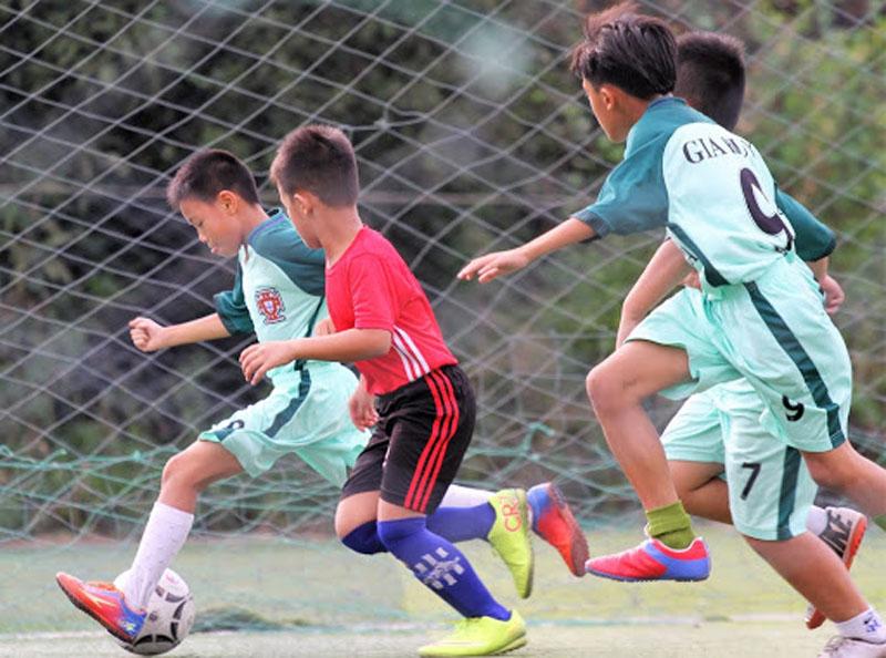 Phụ huynh khuyến khích bé rèn luyện thể dục thể thao góp phần giúp trẻ thông minh sớm