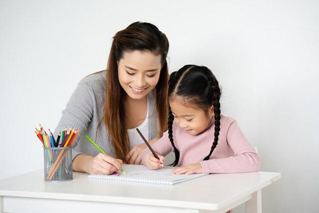 Khuyến khích trẻ viết và vẽ để sự phát triển ngôn ngữ được toàn diện nhất.