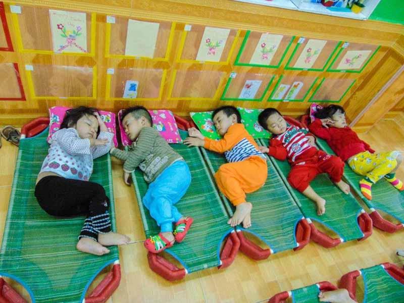 Điều kiện ngủ trưa chính là một trong những tiêu chí chọn trường mầm non cho trẻ