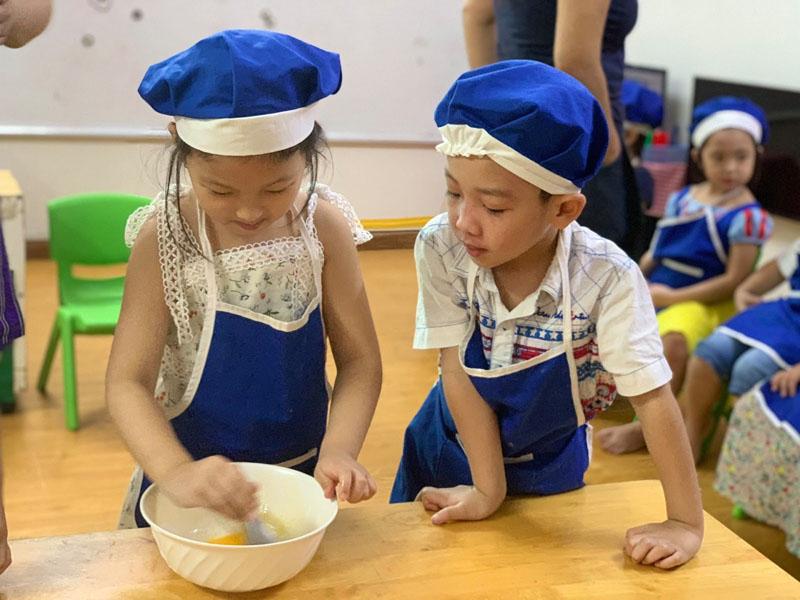 Một tiết học nấu ăn của các bé trường mầm non Song ngữ quận 1 Global Kids