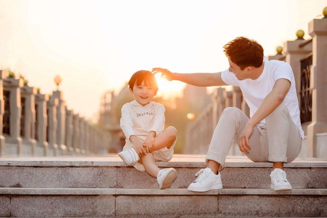 Luôn cho bé cảm nhận tình yêu thương gia đình giúp bé không còn bướng bỉnh