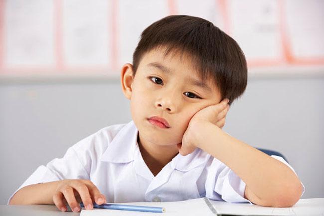 Chỉ ngồi yên và lắng nghe làm trẻ nhanh cảm thấy nhàm chán.