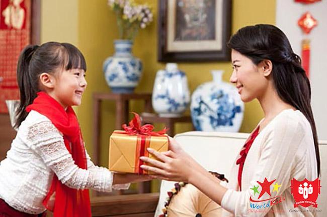 Phương pháp dạy con 3 tuổi bằng phần thưởng mỗi khi bé có việc làm tốt.