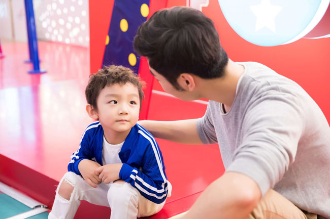 Bố mẹ cần là người biết lắng nghe và quan tâm con giúp bé hiểu rằng bướng bỉnh là điều không tốt