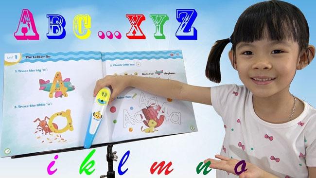 Phụ huynh cần theo sát và giúp bé học từ những chữ cái đầu tiên