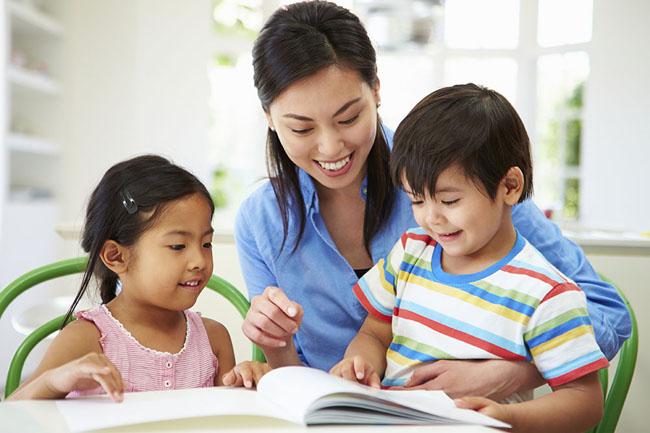Phụ huynh là người thầy đầu tiên giúp bé học tiếng anh.