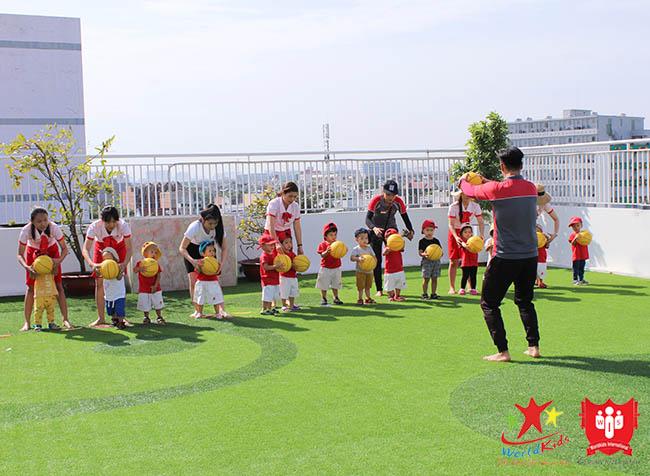 Sân chơi ngoài trời là yếu tố không thể bỏ qua cho sự phát triển của trẻ