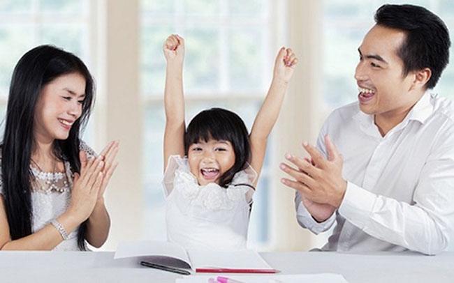 Hãy thường xuyên khích lệ, khen ngợi trẻ.