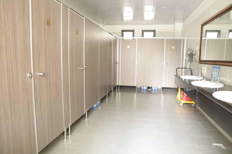 Kinh nghiệm chọn trường mầm non cho con cần xem phòng vệ sinh sạch sẽ hay không.