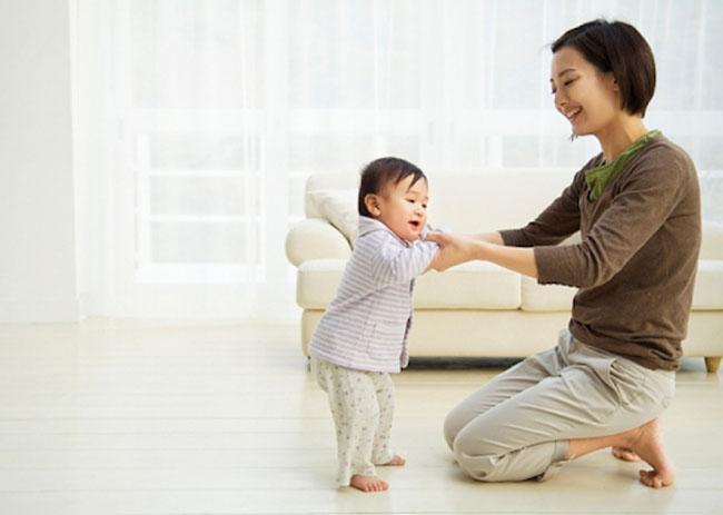 Trẻ 17 tháng tuổi hiếu động và có xu hướng hoạt động thể chất nhiều.