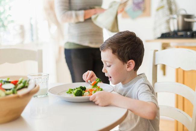 Ăn đúng đủ bữa và sinh hoạt điều độ tạo cho bé những thói quen tốt