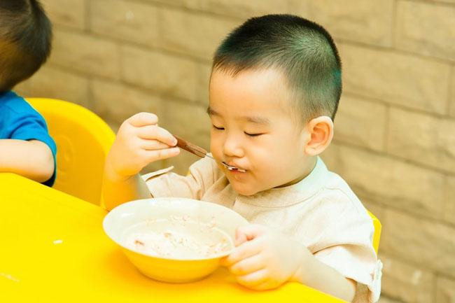 Cho trẻ ăn trong trạng thái thoải mái, vui vẻ