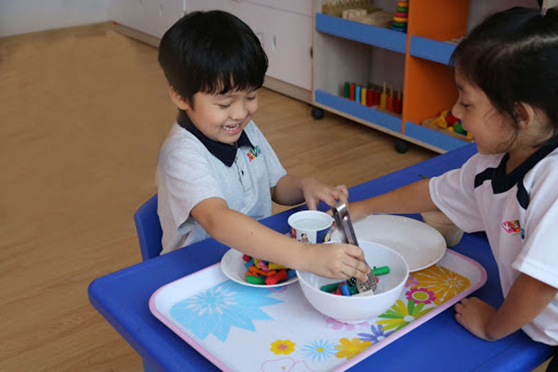 Trẻ tham gia lớp rèn luyện kỹ năng sống cho trẻ tự chủ động trong học tập và vui chơi