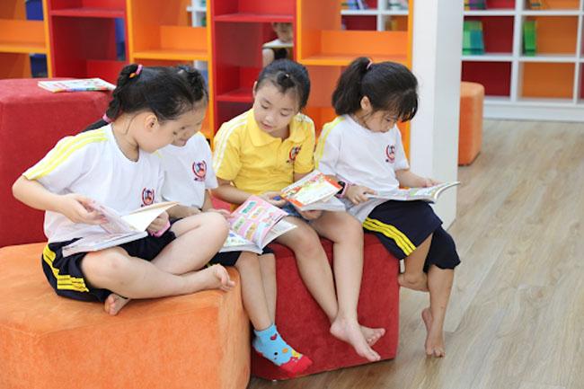 Nên cho trẻ đọc sách để có thể tìm hiểu các kiến thức mới