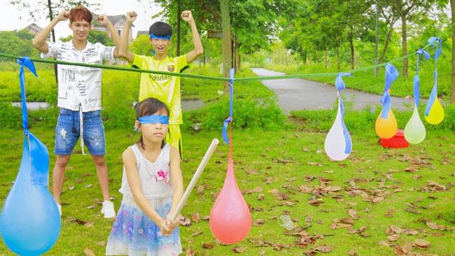 Đập bóng là trò chơi cho trẻ mầm non rèn luyện tính linh hoạt.