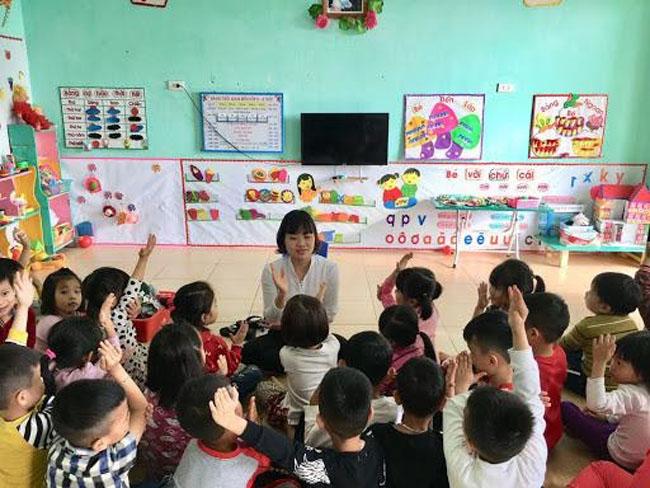 Những động tác của trò chơi hái táo nhỏ giúp lớp học sinh động hơn