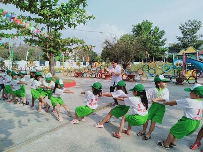 Trò chơi kéo co giúp luyện tập cho trẻ sức khỏe dẻo dai, khỏe mạnh