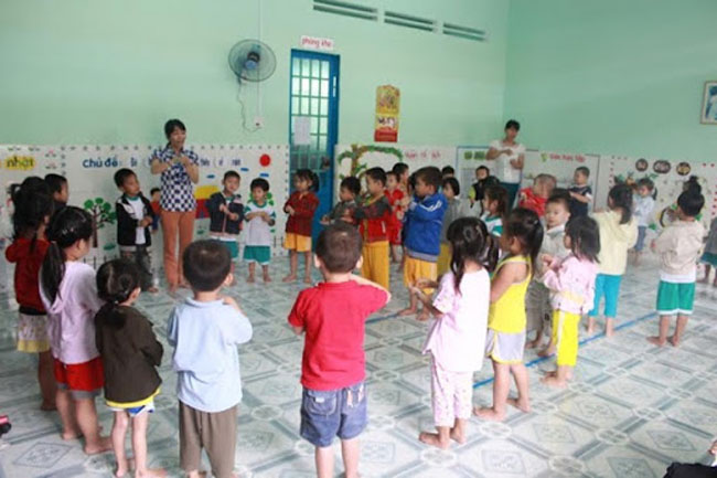 Trò chơi tập thể tay cầm tay tạo tinh thần đoàn kết cho trẻ mầm non