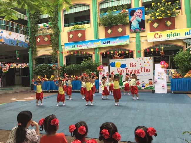 Các bé biễu diễn múa tại cac truong mam non quan 1 Hoa Lan