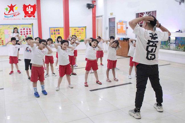 Các bé tham gia hoạt động thể dục tại trường mầm non Song Ngữ Worldkids - WIS