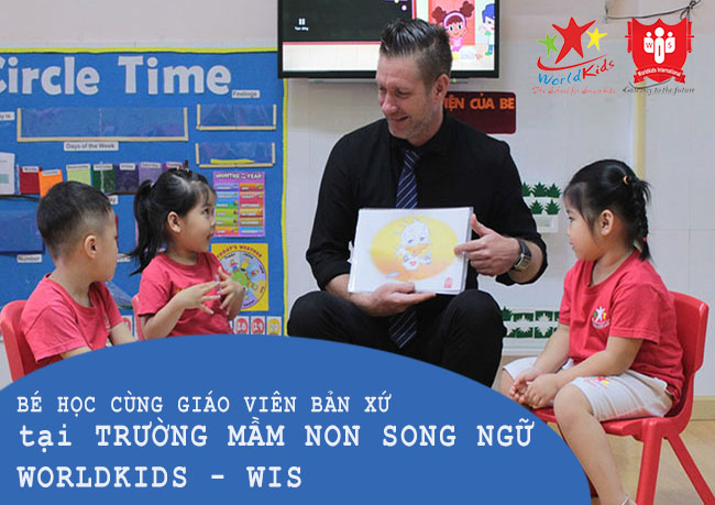 Giáo viên bản ngữ hướng dẫn bé học tại trường mầm non song ngữ Worldkids - WIS