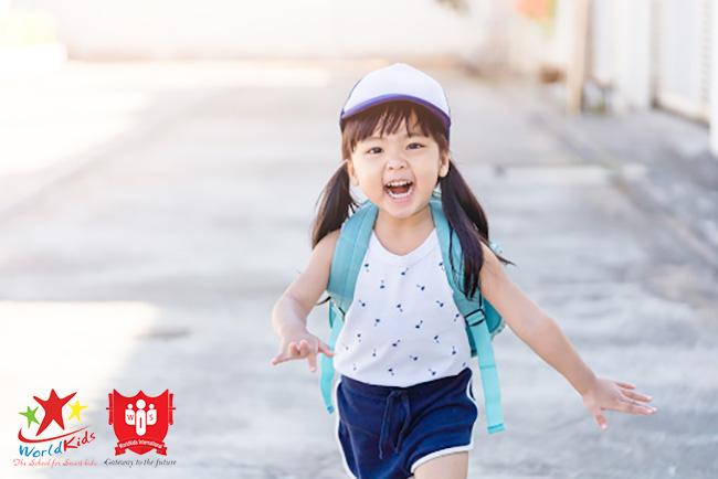bé 6 tháng tuổi đi học sớm