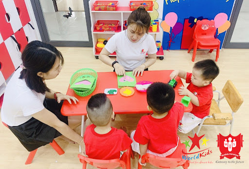 môi trường lớp học montessori ngăn nắp trật tự