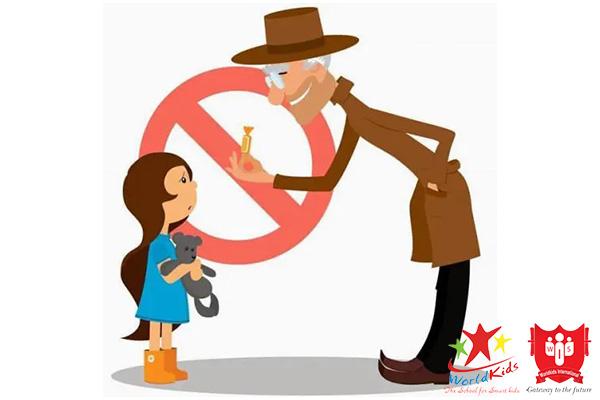 Dạy trẻ luôn cảnh giác khi người lạ cho kẹo bánh hoặc đồ chơi