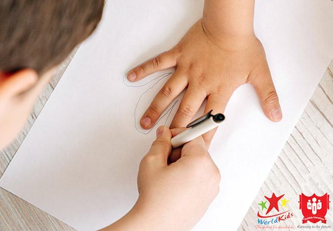 trẻ học phương pháp montessori khuyến khích hợp tác
